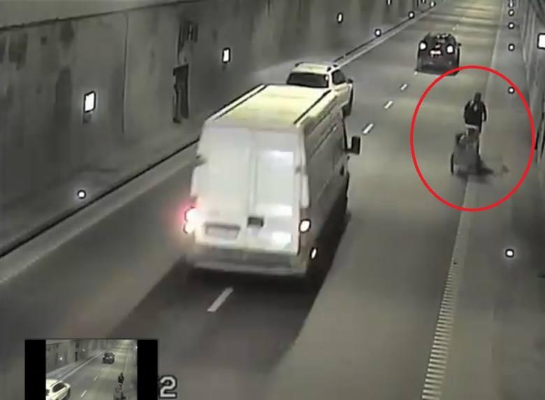 Nieodpowiedzialne zachowanie rowerzysty. Przejechał przez Tunel pod Martwą Wisłą z dzieckiem w przyczepce