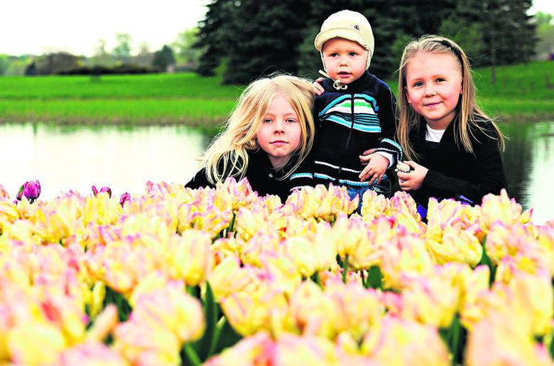 Natalka, Borys i Ola spędzili wielkanocną niedzielę, biegając i podziwiając m.in. tulipany w