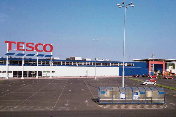 Do brytyjskiej sieci Tesco należy w Łodzi 16 sklepów, w tym trzy hipermarkety:  w Galerii Łódzkiej, przy ul. Pojezierskiej i ul. Widzewskiej (na zdjęciu).