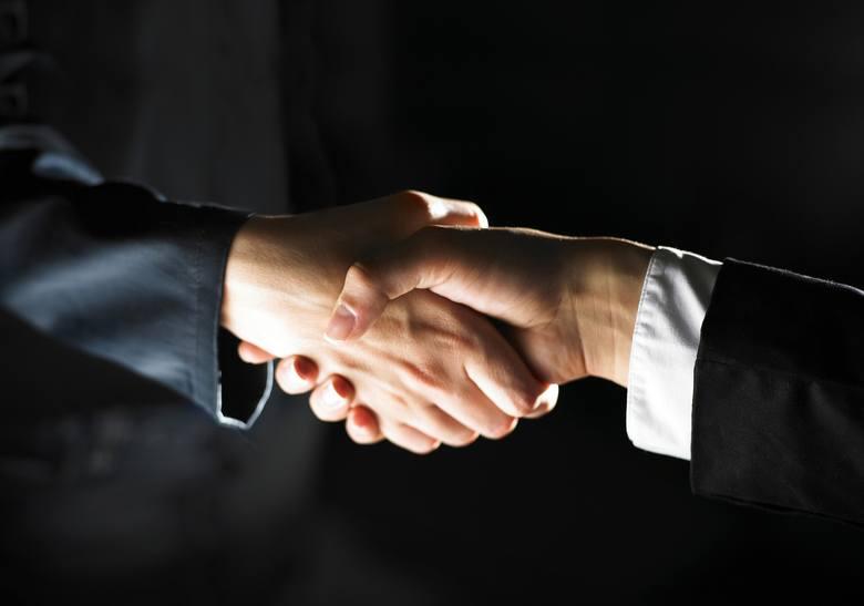 """Zrezygnuj z podawania dłoni na powitanie, pożegnanie, zgodę itp. Zastąp dotyk dłoni """"żółwikiem"""" lub gestem z daleka."""
