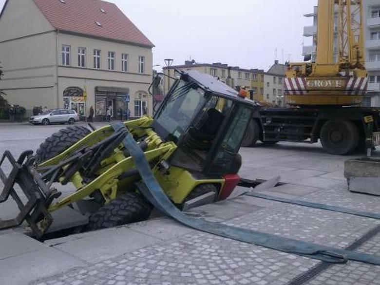 Fontanna w Skwierzynie zapadła się pod ciężarem ładowarki