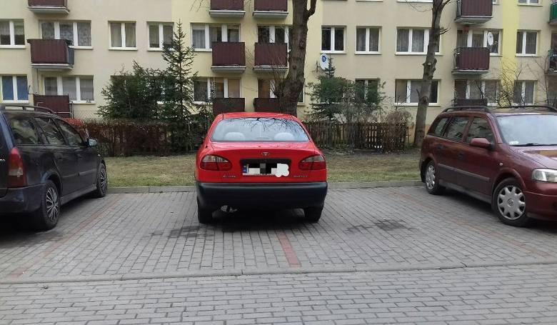 Mistrzów parkowania na chama w podlaskich miastach wciąż nie brakuje. Zobaczcie przykłady absurdalnych zachowań kierowców, którymi zasłużyli na miejsce