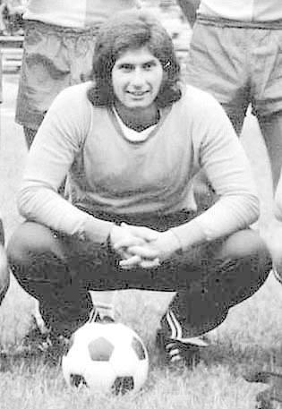 Józef Sikorski, urodzony: 28-05-1952 w Krakowie, wykształcenie: elektromonter; wzrost/waga: 183 cm/82 kg; zalety boiskowe: refleks, technika, chwyt,