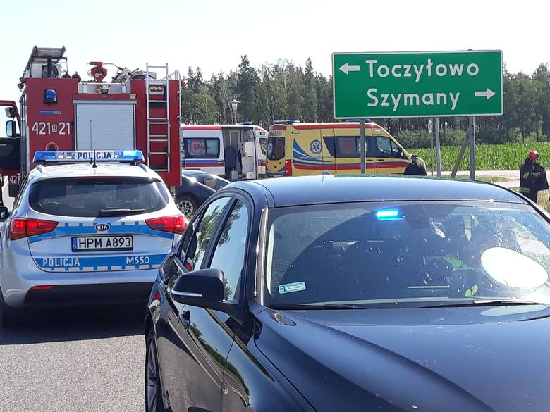 Do tego tragicznego zdarzenia doszło dzisiaj, około godziny 9:30, w rejonie drogi krajowej nr 61. W miejscowości Toczyłowo zderzyły się ze sobą dwa osobowe