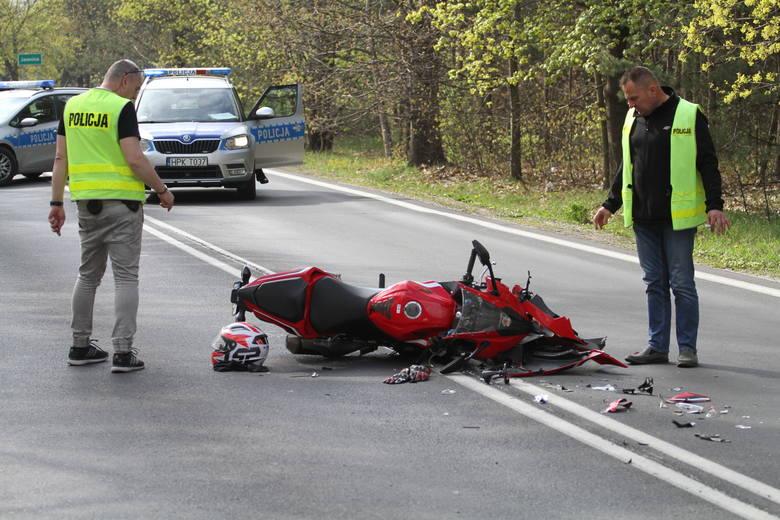 Mężczyzna kierujący sportowym motocyklem honda został ranny w wypadku, do jakiego doszło w środę przed godziną 15 w Jamnicy (powiat tarnobrzeski), na