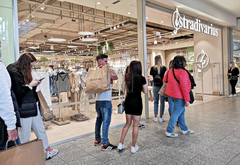 W pierwszym dniu handlu po otwarciu, 4 maja br., każde centrum handlowe w Polsce odwiedziło średnio prawie 14 tys. osób, czyli o 74 proc. więcej niż