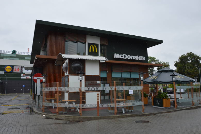 Tragedia w restauracji McDonald's w Ostrowcu. Regał w chłodni przygniótł kobietę, 31-latka nie żyje [ZDJĘCIA]