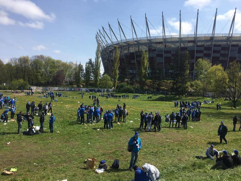 Kibice Lecha Poznań dotarli już do Warszawy na finałowy mecz Pucharu Polski. Korzystając ze słonecznej pogody, fani Kolejorza przed spotkaniem urządzili
