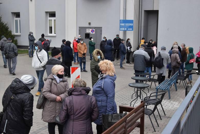 Wielkiego rozpędu nabrały szczepienia przeciw COVID-19 w Świętokrzyskim Centrum Matki i Noworodka w Kielcach. W środę, 7 kwietnia, zapisanych osób było