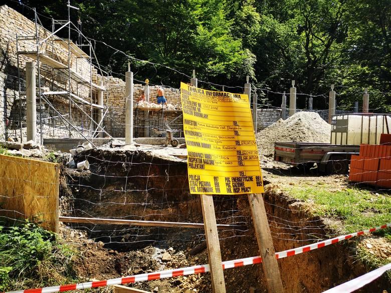 Wygiełzów. Wiedźmy i rycerze powrócą na Zamek Lipowiec. Trwa budowa punktu obsługi turystów