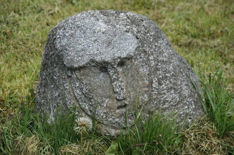 Niektórzy przecierają oczy ze zdziwienia. To nie Stonehenge, a niewielkie podwórko przy domku tuż przy wjeździe do Nożyna w gm. Czarna Dąbrówka.  Tu