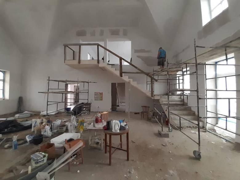 Trwa modernizacja sali wiejskiej w Łąkiem. Obiekt będzie gotowy w tym roku. Koszt prac (razem z zagospodarowaniem terenu) to około 1,2 mln zł. Prace
