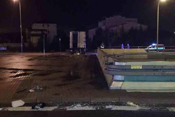 Z relacji świadków wynika, że osobówka wbiła się pod ciężarówkę. Na skutek kolizji kierujący samochodem ciężarowym wypadł przez przednią szybę na ulicę.