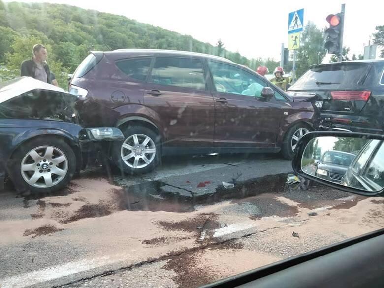 Dwie osoby zostały ranne w zderzeniu dwóch samochodów osobowych w środę około godziny 18 w okolicy skrzyżowania ulicy Krakowskiej z Chorzowską w Kielcach