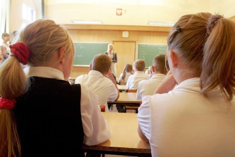 171 toruńskich nauczycieli na własnej skórze odczuje skutki reformy. Ponad setka, by nie stracić pracy, zgodziła się na zmniejszenie wymiaru godzin.