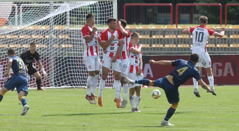 Piłkarze Apklan Resovii dostali wyższe noty za derbowy mecz od swoich adwersarzy ze Stali Rzeszów. Pomoc biało-czerwonych zdominowała środek pola, ale