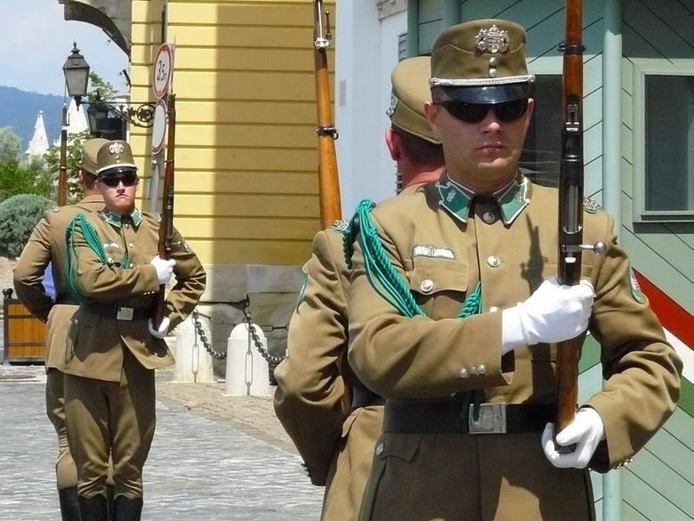Zmiana warty przed pałacem prezydenta Węgier rozpoczyna się w południe.
