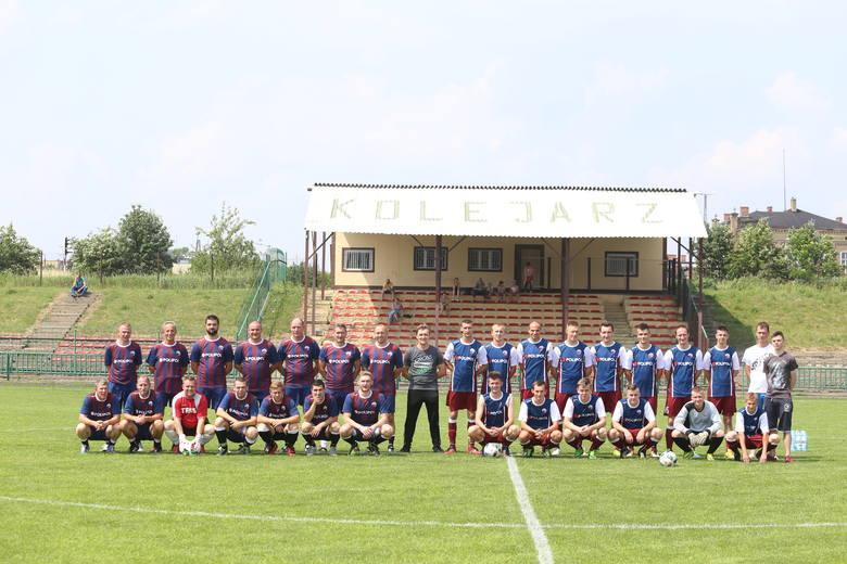 Uczestnicy jubileuszowego meczu na stadionie Kolejarza. Z lewej byli zawodnicy klubu, którzy grali tu w piłkę nawet w zeszłym wieku. Z prawej aktualna drużyna występująca w A-klasie.