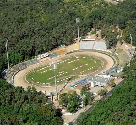 #10YearsChallenge. Jeszcze 10 lat temu stadion żużlowy Falubazu Zielona Góra mógł pomieścić dużo mniej kibiców niż dziś. Musieli siedzieć na drewnianych,