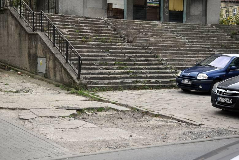 Niebiezpieczne miejsce w Stargardzie. Zniszczony chodnik przy byłym kinie Ina. Miasto obiecuje coś z tym zrobić