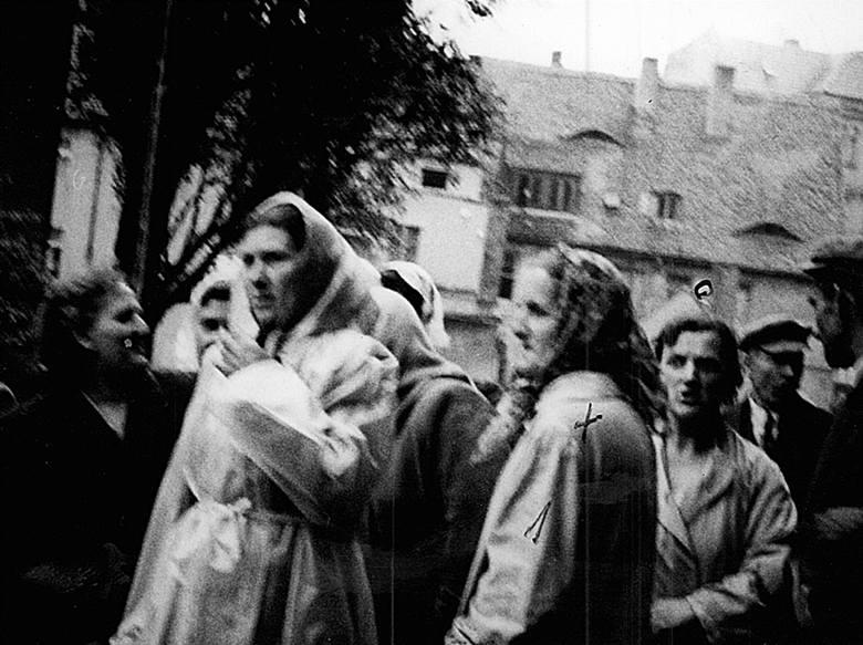 Rano przed Domem Katolickim ustawiło się około 320 kobiet. Broniły wejścia do budynku. Krzyżykiem oznaczono aktywną uczestniczkę zajść.