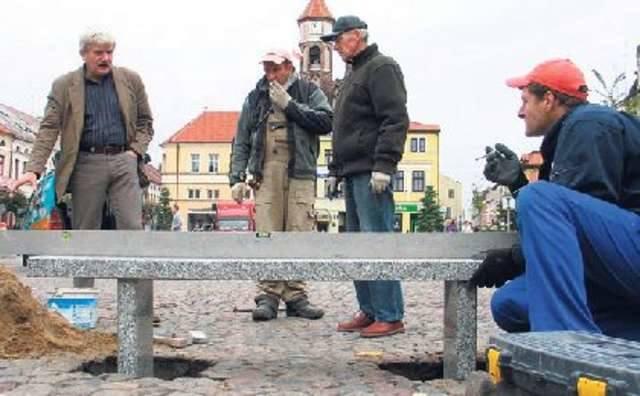 Na ławeczce siędzie powstaniec ze złamaną szablą