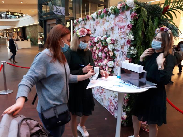 Dzień Kobiet 2021 w Manufakurze. Kwietny napis, konkurs i wielkie zakupy łodzianek ZDJĘCIA