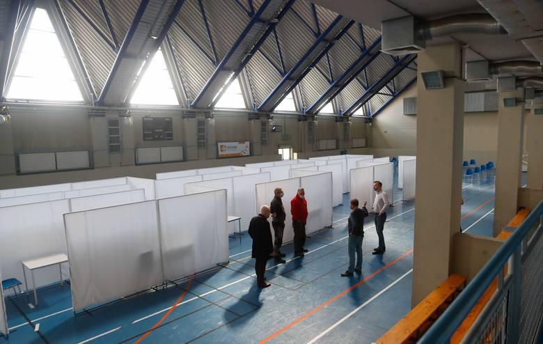 W rzeszowskiej hali Podpromie trwają przygotowania do uruchomienia kolejnego masowego punktu szczepień [ZDJĘCIA]