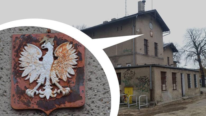 Tak prezentuje się Godło RP na stacji w Fosowskiem (pow. strzelecki). Widniejący na nim orzeł pamięta jeszcze czasy PRL-u. W latach 90-tych ktoś dołożył
