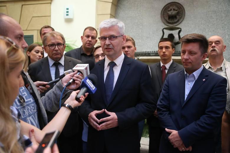 W konwencji Prawa i Sprawiedliwości uczestniczyli parlamentarzyści na czele z wiceministrem obrony narodowej Michałem Dworczykiem oraz samorządowcy z