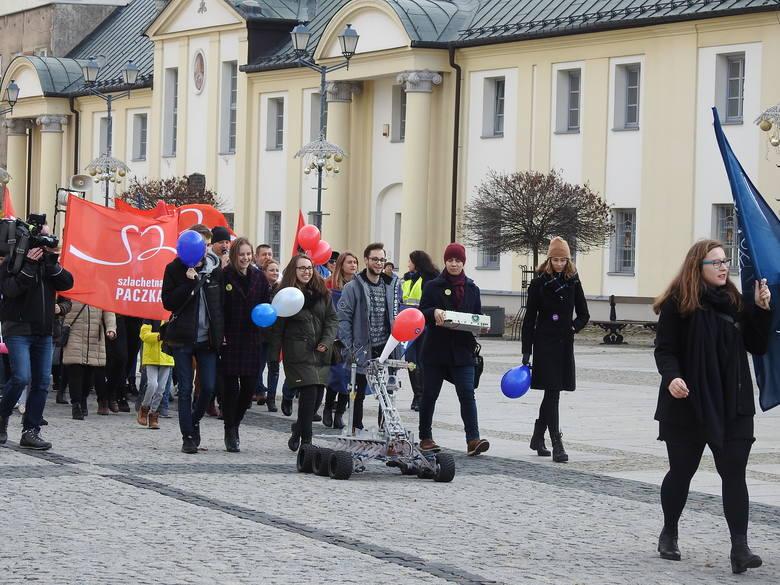 W sobotę (16 listopada) Szlachetna Paczka i Akademia Przyszłości zorganizowały w centrum marsz inaugurujący tegoroczną edycję imprezy. Uczestnicy przeszli