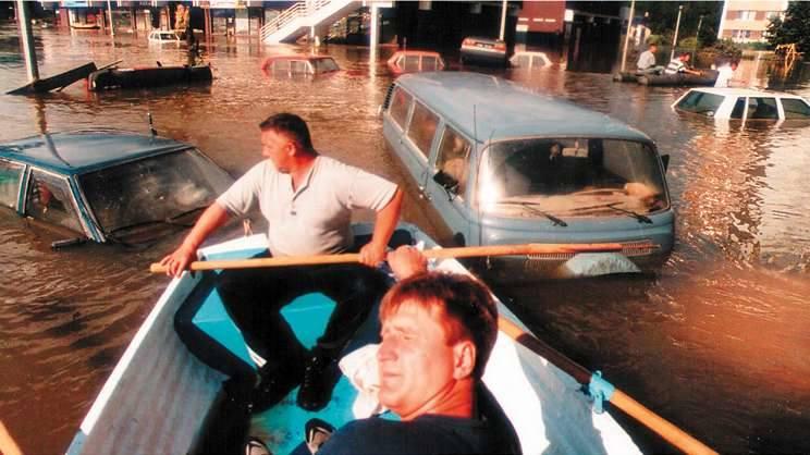 Opole 1997. Parking pawilonu As. Tomasz Horoszkiewicz i Eryk Klisz dostarczali powodzianom jedzenie, wodę, leki i nowe wydania NTO.