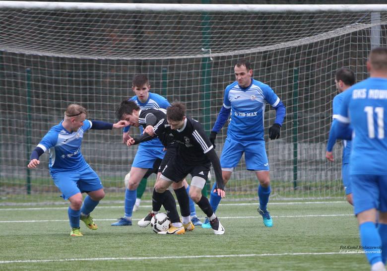 Kulisy meczu 4 ligi piłkarzy GKS Zio-Max Nowiny z Czarnymi Połaniec w obiektywie. Lider wygrał 1:0