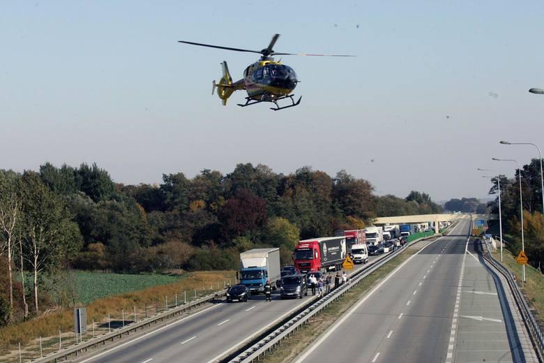 Korytarz życia to nic innego jak pozostawione miejsce dla pojazdów ratunkowych poruszających się w korku, między stojącymi samochodami.