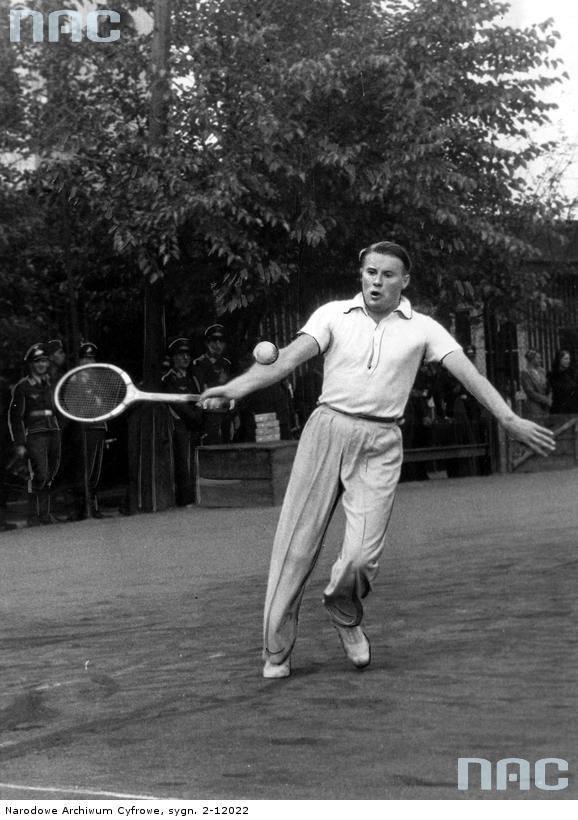 """Widoczny tenisista górnośląski Pfahl. <font color=""""blue""""><a href="""" http://www.audiovis.nac.gov.pl/obraz/28061/""""><b>Zobacz zdjęcie w zbiorach NAC</b></a> </font>"""