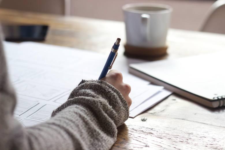 Najważniejszym wyróżnikiem nowoczesnego CV jest podsumowanie swojego doświadczenia w kilku zdaniach, które należy wyeksponować na górze dokumentu. Po
