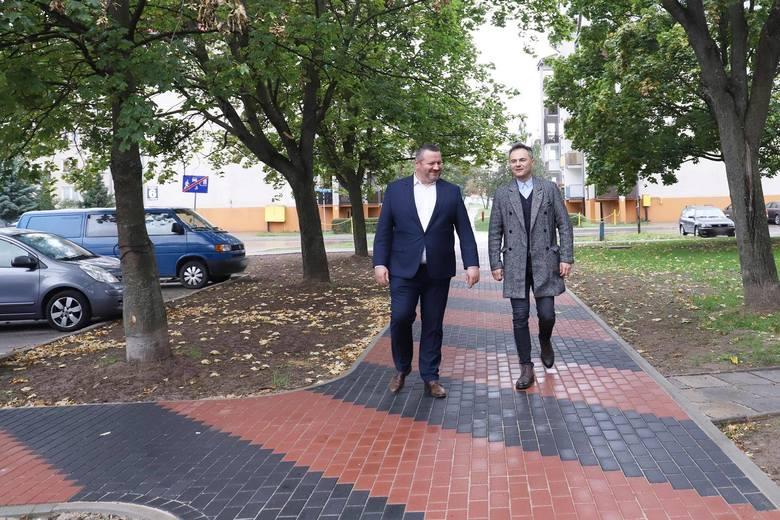 Ostrołęka. Chodnik przy ul. Kleeberga na osiedlu Centrum w Ostrołęce wyremontowany. 3.10.2020. Zdjęcia