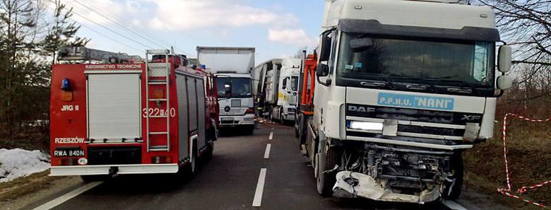 Trwa usuwanie skutków śmiertelnego wypadku. Droga Sokołów Młp. - Leżajsk jest nieprzejezdna