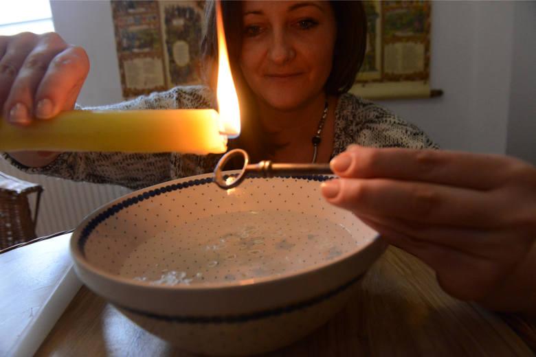 Najpopularniejszą wróżbą na Andrzejki jest lanie wosku. Zapalamy świecę i lejemy wosk przez dziurkę od klucza do naczynia z wodą. Następnie wyjmujemy