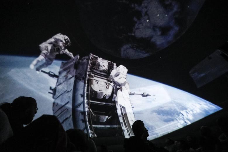 W jakiej temperaturze wrze ciekły azot? Kiedy będziemy mogli polecieć na wycieczkę w kosmos? Ile wspólnego ma fizyka i magia? Odpowiedzi na te i inne
