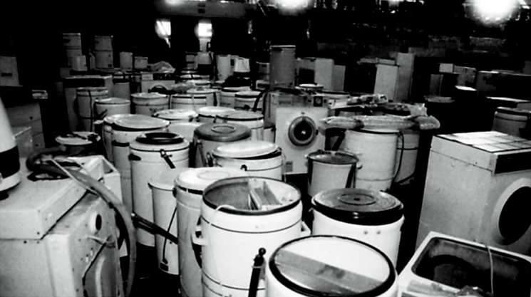 Opole 1997. Hala Okrąglak zmieniła się w wielki magazyn sprzętów, które zostały podarowane powodzianom. Setki pralek i lodówek czekały na nowych właścicieli, którzy odbierali je na kupony z opieki społecznej.