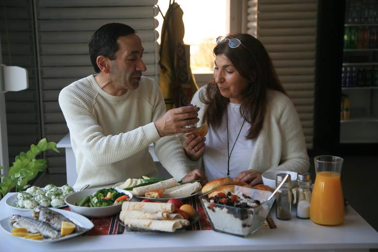 Aram i Gohar w swojej restauracji Syunik. Ryby, lawasz, ryż i kulki serowe to tradycyjne dania kuchni ormiańskiej na Wielkanoc