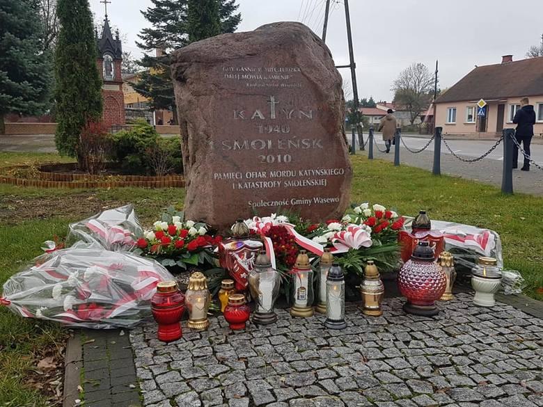 Po mszy św. za Ojczyznę w kościele – sanktuarium Matki Bożej Wąsewskiej, uczestnicy przeszli na pobliski Plac Ks. M. Kłobukowskiego, gdzie złożono wieńce