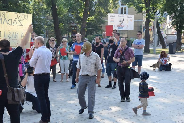 Mieszkańcy miasta i Skawiński Alarm Smogowy wiele razy zbierali się, aby protestować przeciwko szkodliwym emisjom
