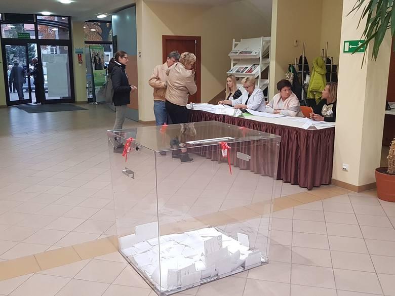 Wybory samorządowe 2018. Mieszkańcy Białogardu oddają głos na swojego kandydata w drugiej turze wyborów na burmistrza miasta. Głosowanie trwa do godziny