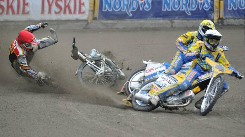 Bieg VII - Grzegorz Zengota zahaczył o maszynę Nickiego Pedersena (kask żółty) i miał poważny wypadek, po którym został wykluczony i musiał zrezygnować