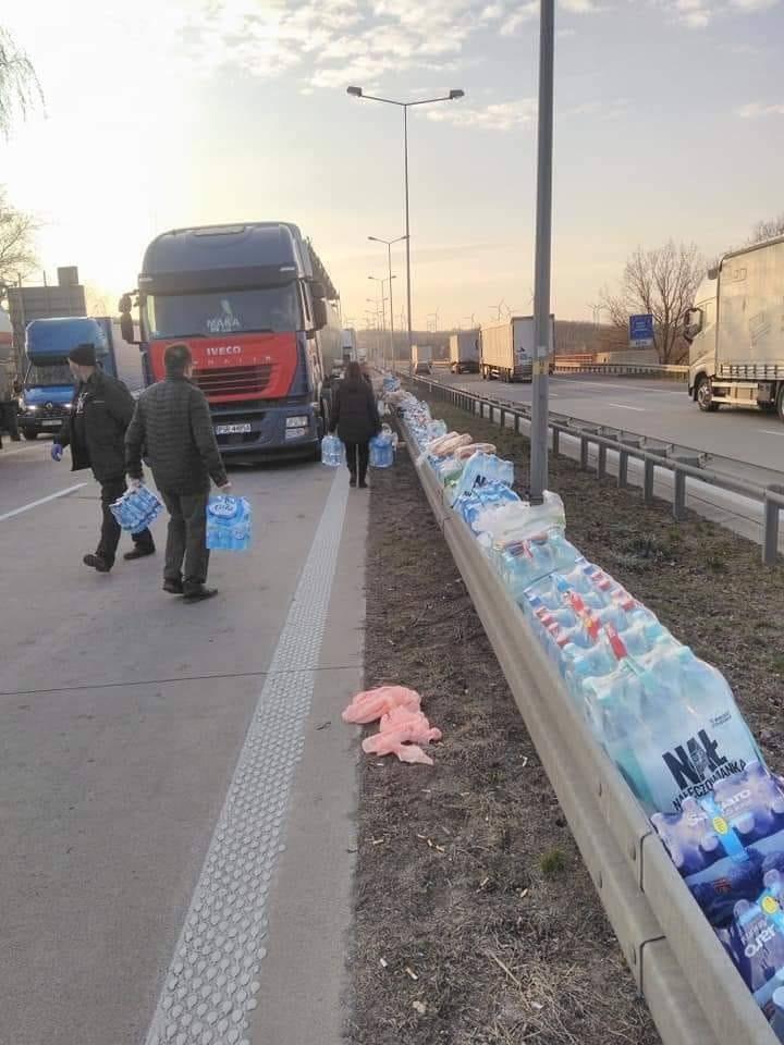 Nawet 50 kilometrów mierzył we wtorek sznur ciężarówek i samochodów osobowych oczekujących na wjazd do Polski przez przejście graniczne w Jędrzychowicach.