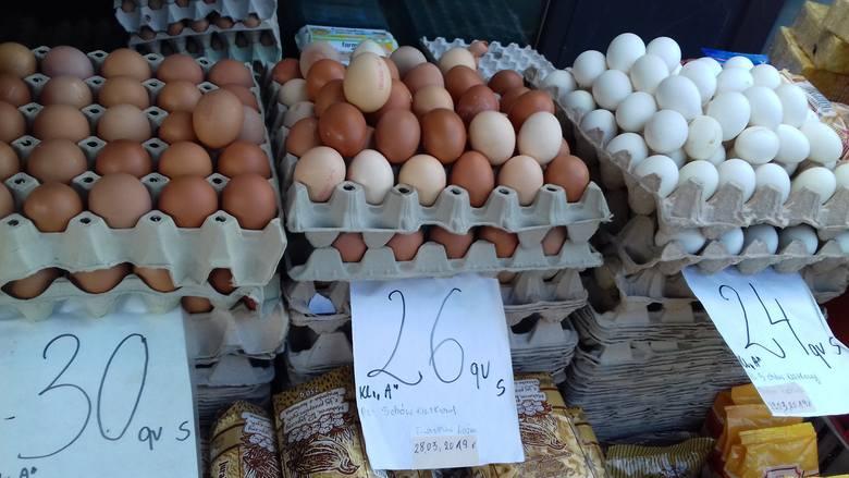 Do stoisk z jajkami na łódzkich targowiskach i osiedlowych ryneczkach ustawiają się kolejki. Jajka znikają z półek w dyskontach oraz marketach. Łodzianie