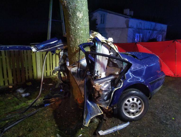 Tragiczny wypadek na trasie pomiędzy Czerskiem i Łągiem. Na drodze krajowej nr 22 samochód osobowy uderzył w drzewo. Nie żyje 20-letni kierowca. Czytaj