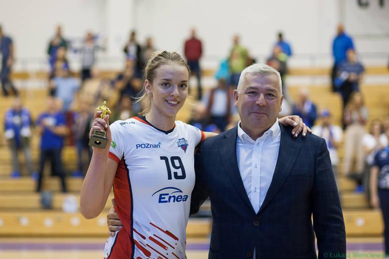 Adrianna Muszyńska ze statuetką MVP. Odebrała ją z rąk prezesa Enei Energetyka, Roberta Rakowskiego, który w sobotę obchodził urodziny i otrzymał od